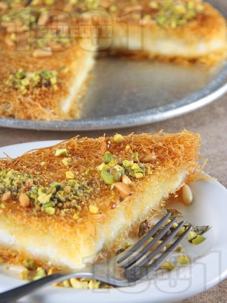 Оригинално Кюнефе - класически турски сладкиш с готов кадаиф, сирене моцарела (или кашкавал), кедрови ядки и шам фъстък (шамфъстък) за десерт - снимка на рецептата